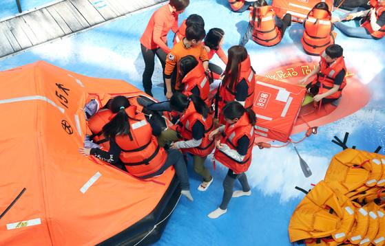 서울 신암초등학교 학생들이 서울 광진구 서울시민안전체험관에서 사고선박 탈출 체험을 하고 있다. 최정동 기자