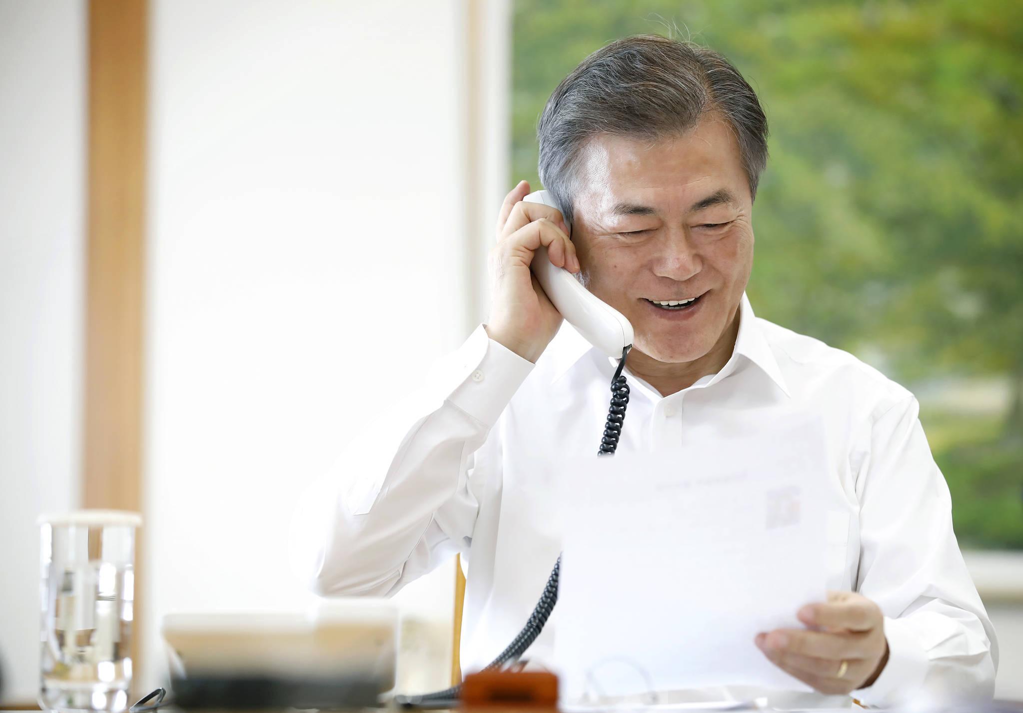 문재인 대통령이 15일 오후 청와대에서 설 명절을 맞아 국민 11명과 전화 통화를 하며 인사를 나누고 있다. [청와대 제공=연합뉴스]