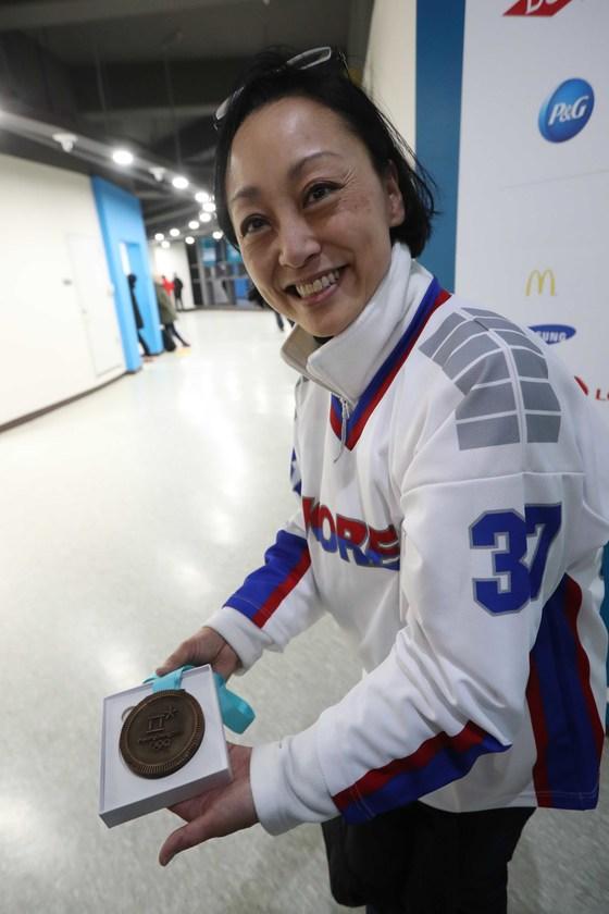 그리핀이 준 '메달 쵸클릿'을 어머니가 보여주고 있다. 오종택 기자