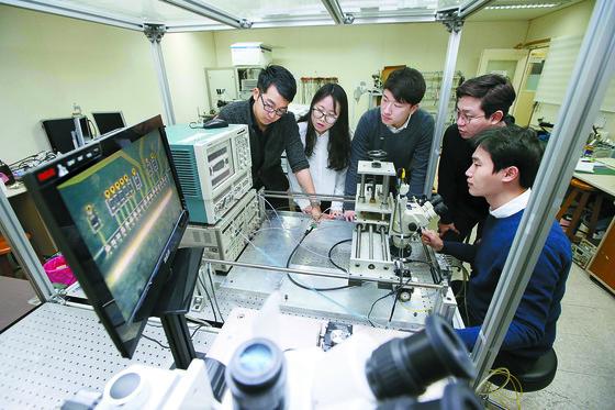 KAIST 대학원생들이 빅데이터와 AI에 사용되는 고속 디지털 신호를 측정,분석하고 있다. [사진 KAIST]