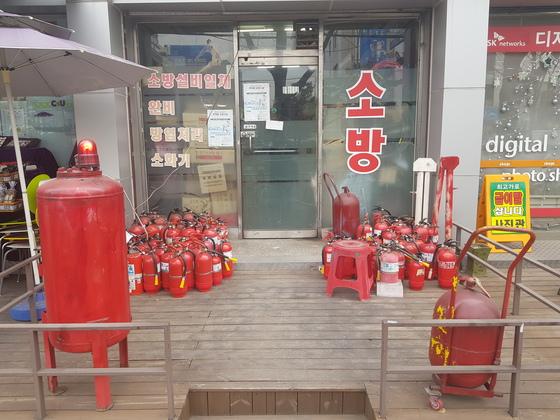 서울 동작구의 한 소방 용품 판매점에 판매 중인 소화기들이 놓여 있다. 정용환 기자