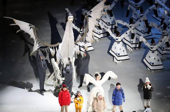 지난 9일 오후 강원도 평창 올림픽스타디움에서 열린 2018 평창동계올림픽 개회식에서 등장한 사람의 얼굴을 한 새 인면조 [평창=연합뉴스]