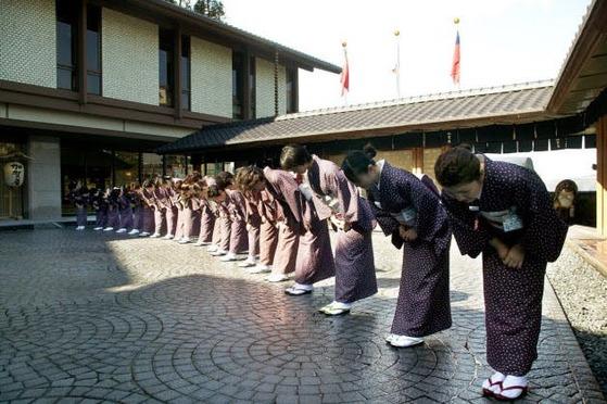 카가야 여관의 오모테나시. 손님이 떠날 때까지 고개를 숙여 인사하고 손을 흔든다. [사진=인터넷 캡쳐]