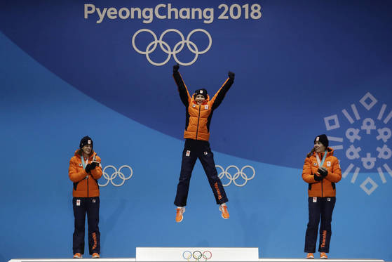 스피드스케이팅 여자 3000m에서 금은동을 싹슬이한 네덜란드 선수들. [AP=연합뉴스]