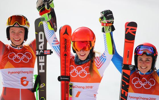 15일 강원도 평창군 용평 알파인스키장에서 열린 2018 평창동계올림픽 알파인 스키 여자 대회전 2차전 경기에서 1위 미국의 미카엘라 시프린(가운데)이 2위 노르웨이 라근힐드 모빈켈(왼쪽), 3위 이탈리아 페데리카 브리고네가 기뻐하고 있다. [평창=연합뉴스]