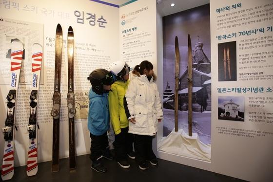 곤지암리조트 스키하우스 1층에서는 3월 초까지 한반도 고대스키 특별전이 열린다. [사진 곤지암리조트]