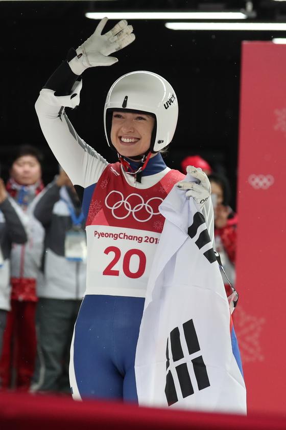 독일 귀화선수 에일리 프리쉐가 13일 강원도 평창군 올림픽슬라이딩센터에서 열린 2018 평창동계올림픽 루지 여자 싱글 4차 주행을 마치고 관중들에게 인사하고 있다. [뉴스1]