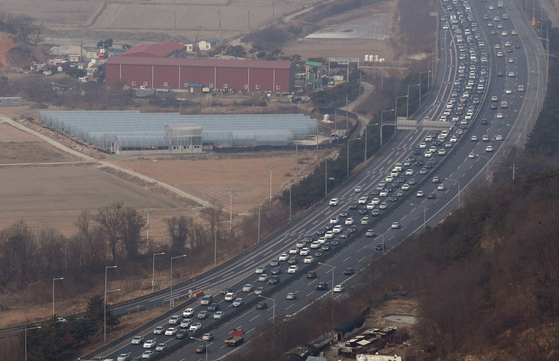 설 연휴를 하루 앞둔 14일 오후 경찰청 귀성길 점검 헬기에서 바라본 경부고속도로 동탄JC 하행선이 귀성차량들로 붐비고 있다. [뉴스1]