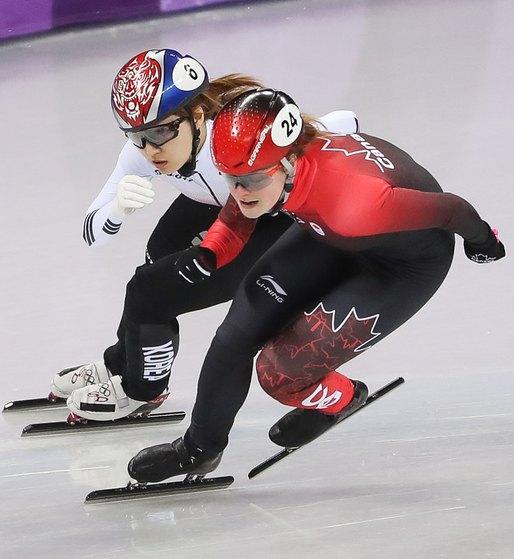 최민정(왼쪽)이 13일 강원도 강릉 아이스아레나에서 열린 2018 평창 겨울올림픽 쇼트트랙 여자 500m 경기에서 킴부탱(캐나다)을 추월하고 있다. 이날 최민정은 2위로 결승선을 통과했지만 실격으로 메달을 놓쳤다. [뉴스1]
