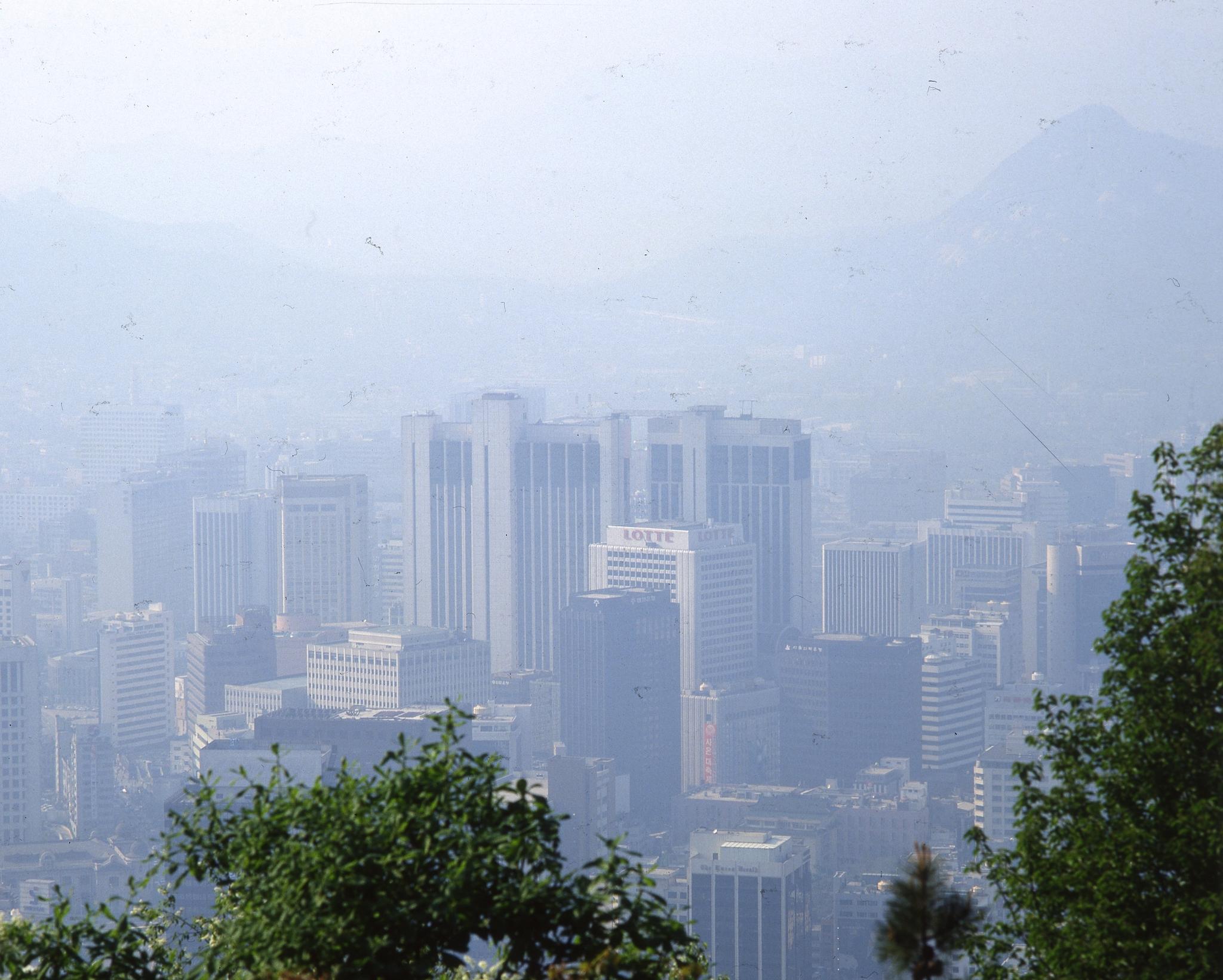 대기오염으로 탁한 하늘을 보인 1980년 말 서울의 모습 [중앙포토]