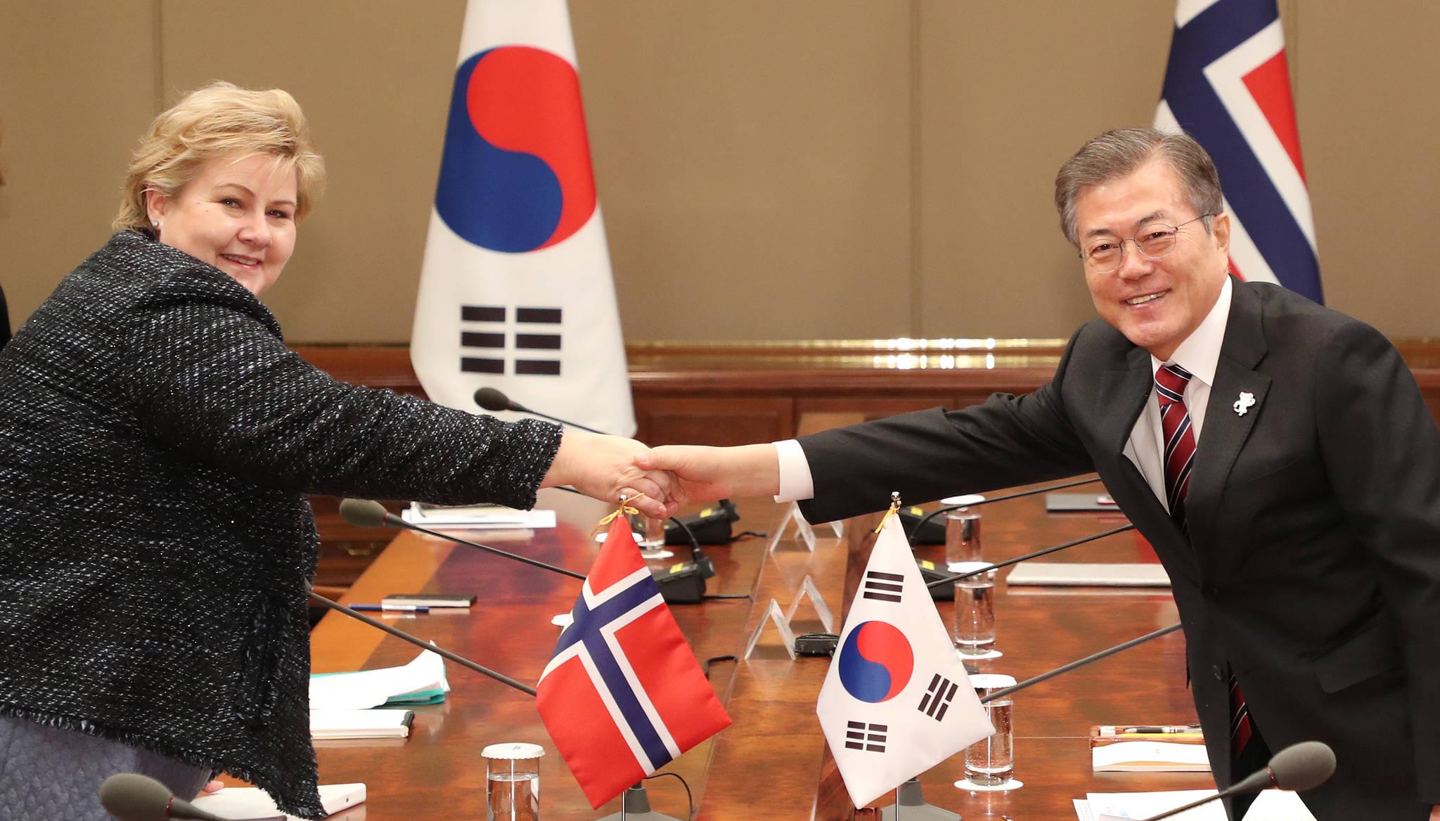 문재인 대통령이 15일 오후 청와대 본관에서 에르나 솔베르그 노르웨이 총리와 정상회담에 앞서 악수하고 있다. [연합뉴스]