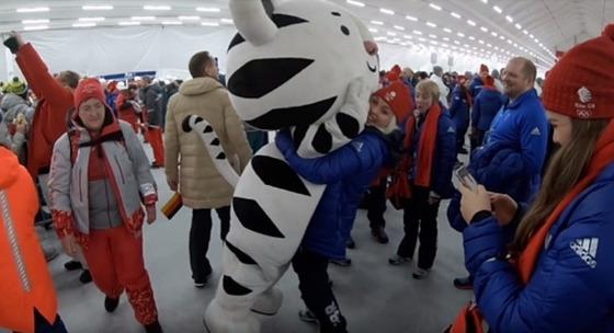 수호랑 인형탈을 쓴 김수인씨를 영국 선수가 들어올리고 있다. [사진 김수인씨 제공]