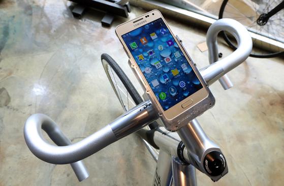 갤럭시 알파의 실버 색상으로 제작된 픽시 자전거에는 알파 전용거치대가 설치돼 주행 도중에도 스마트폰을 쉽게 사용할 수 있다. [중앙포토]