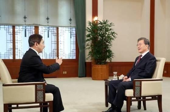 문재인 대통령이 중국 CCTV와 인터뷰를 하고 있다. 문 대통령은 15일 CCTV에서 방송되는 뉴스 프로그램에 새해 영상 인사를 올렸다. [청와대]