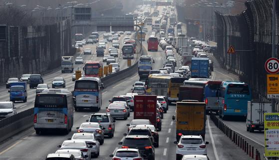 설 연휴를 앞두고 14일 오전 경부고속도로 서울 잠원IC와 서초IC 사이 구간이 몰려든 귀성 차량들로 꽉 막혀 있다. [연합뉴스]