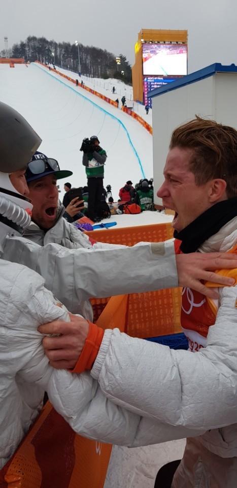 평창올림픽 스노보드 남자 하프파이프 우승을 극적으로 거둔 뒤, 기뻐하는 미국 숀 화이트. [사진 독자 제공]