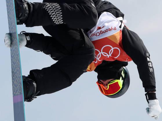 11일 오전 강원 평창군 휘닉스 파크에서 열린 2018 평창동계올림픽 스노보드 남자 슬로프 스타일 결승에서 뉴질랜드 카를로스 가시아 크나이트가 점프를 하고 있다. 오른쪽 팔에 한글로 '뉴질랜드'가 쓰여져 있다.[연합뉴스]