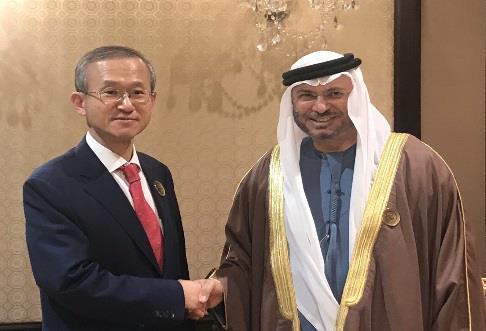임성남 외교부 제1차관이 쿠웨이트 '이라크 재건을 위한 장관급 회의'에서 가르가쉬 UAE 외교담당 국무장관과 양자회담을 가졌다고 외교부가 15일 밝혔다. [외교부 제공=연합뉴스]