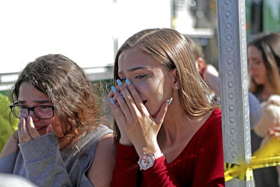 14일(현지시각) 미국 플로리다주의 한 고등학교에서 총격 사건이 발생해 17명이 사망했다. 해당 학교 학생들이 눈물을 흘리고 있다. [AP=연합뉴스]