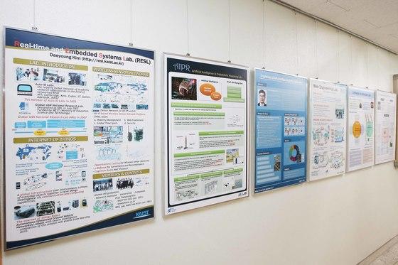 전산학과 연구실 복도에 붙어 있는 보드는 모두 영어로 되어 있다. [사진 KAIST]