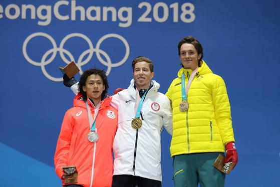 2018평창동계올림픽 하프파이프에서 우승을 차지한 미국 숀 화이트(가운데)가 14일 강원도 평창 메달플라자에서 열린 시상식에서 기념사진을 찍고 있다. 왼쪽은 은메달 히라노 아유무(일본), 오른쪽은 동메달 스코티 제임스(호주). 화이트와 히라노는 2년 뒤 도쿄 올림픽에선 스케이트보드로 승부를 가릴 전망이다. [연합뉴스]