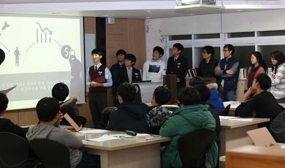 서울 동북고의 통합사회 수업 모습. 동북고는 국어 수학 도덕 사회 등 여러 교과 교사들이 한 교실에서 함께 수업하는 수업을 선도적으로 진행해왔다. [중앙포토]