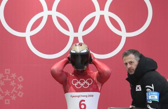 15일 평창 슬라이딩 센터에서 열린 스켈레톤 종목에서 윤성빈이 스타트를 준비하고 있다. 오른쪽이 리처드 브롬리 코치. 평창=오종택 기자