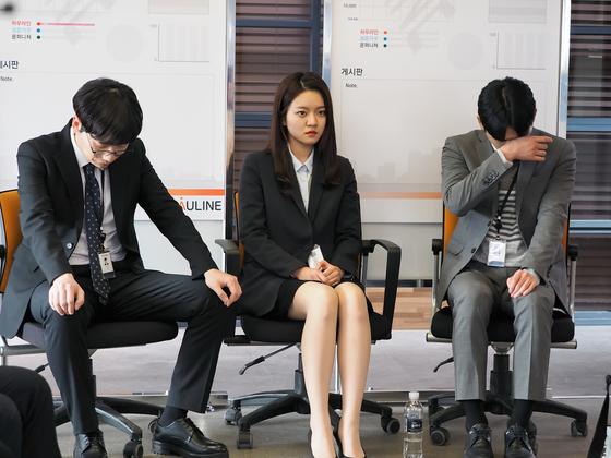'자체발광 오피스'에서 대기업 면접에서 계속 떨어진 세 사람은 각기 다른 이유로 마포대교를 찾는다. 하지만 이를 우연히 목격한 사주 지시에 따라 한 회사에서 일하면서 겪는 이야기를 다룬다. [사진 MBC]