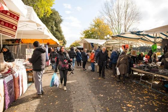 피렌체 외곽 카시네 공원에서 열리는 벼룩시장. 다양한 종류의 생필품을 저렴한 가격에 판매하여 현지인들이 주로 애용한다고 한다. [사진 장채일]