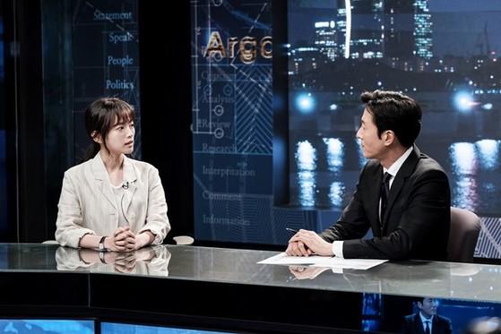 탐사보도 프로그램팀 '아르곤'에서 함께 일하고 있는 계약직 기자 천우희와 앵커 김주혁. [사진 tvN]