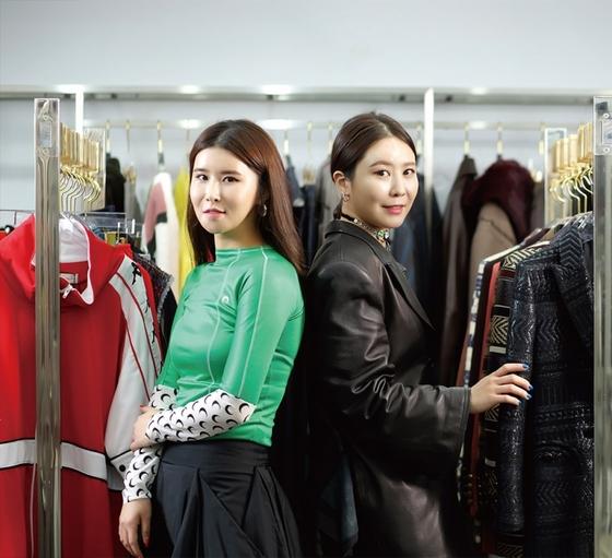 그룹 '빅뱅' 멤버 지드래곤의 누나 권다미(오른쪽)씨와 정혜진씨는 패션브랜드 편집숍 레어마켓의 공동대표다.