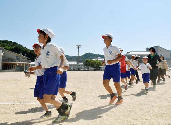 일본 야마구치현의 학교에서 열린 미사일 대피 훈련의 모습[교도=연합뉴스]