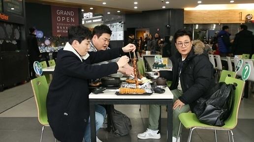 '자리 있나요'의 김성주, 김준현, 딘딘. 패키지 및 외국인 여행 예능으로 다져진 실력을 뽐낼지 관심을 모으고 있다. [사진 tvN]