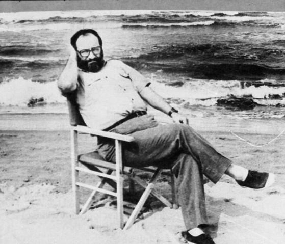 해변에서 휴식중인 움베르트 에코. 20세기 최고의 기호학자이며 소설가다. [중앙포토]