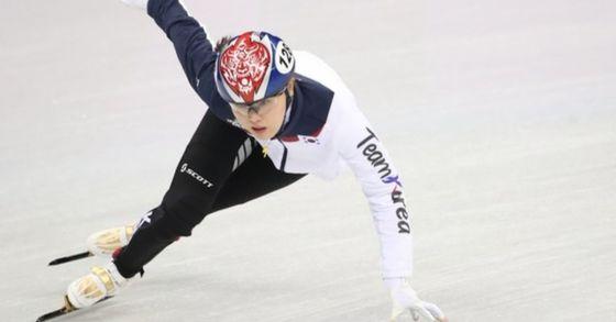 지난 10일 강릉 아이스아레나에서 열린 2018 평창동계올림픽 쇼트트랙 여자 500m 예선에 출전하는 김아랑이 몸을 풀고 있다. [사진 연합뉴스]