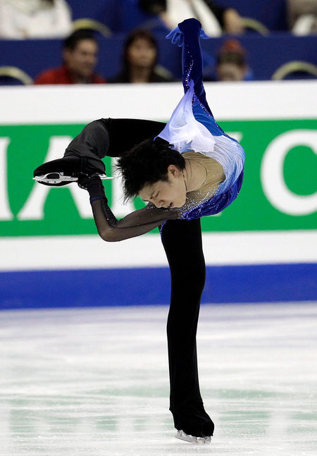 2012년 세계선수권 쇼트 프로그램을 연기하는 하뉴.