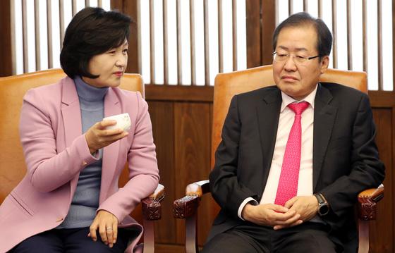 추미애 더불어민주당 대표(왼쪽)와 홍준표 자유한국당 대표 [중앙포토]
