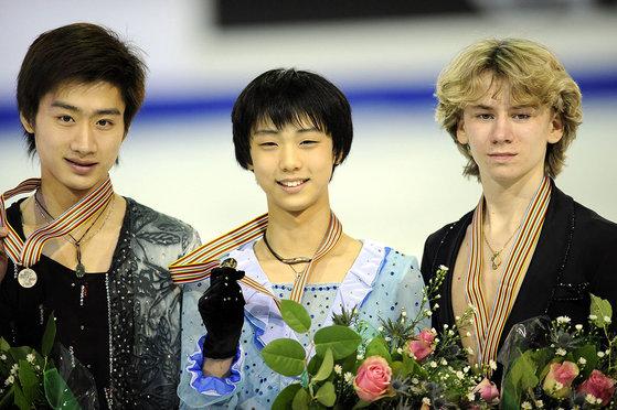 2010년 피겨 주니어 세계선수권 대회에서 우승한 뒤 시상식에 선 하뉴.