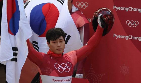 16일 강원도 평창군 슬라이딩센터에서 열린 남자 스켈레톤 4차 경기에서 대한민국 남자 스켈레톤 대표 윤성빈이 금메달을 확정지은 뒤 태극기를 들고 환호하고 있다. 오종택 기자