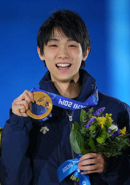 2014 소치 겨울 올림픽에서 금메달을 들어보이는 하뉴 선수.