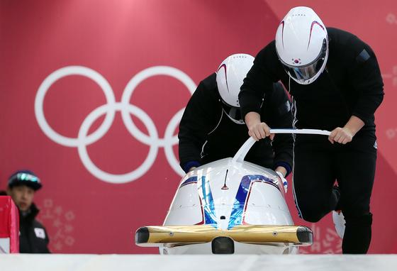 남자 봅슬레이 2인승 국가대표 원윤종-서영우가 17일 오후 강원도 평창동계올림픽 슬라이딩센터에서 훈련하고 있다. 경기는 18~19일 하루 2차례 총 4차례 주행의 기록을 합산해 최종 순위를 매긴다. [평창=연합뉴스]