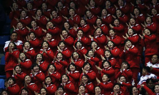 북한 응원단이 지난 9일 강원도 평창 올림픽스타디움에서 열린 개막식에서 응원하고 있다. [연합뉴스]