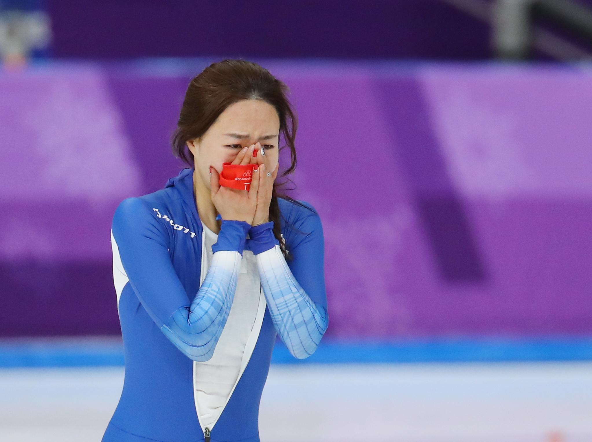 올림픽 3연패에 도전하는 '빙속여제' 이상화가 18일 오후 강원 강릉스피드스케이팅경기장에서 열린 2018 평창올림픽 스피드스케이팅 여자 500m 경기를 마치고 눈물을 흘리고 있다. [연합뉴스]