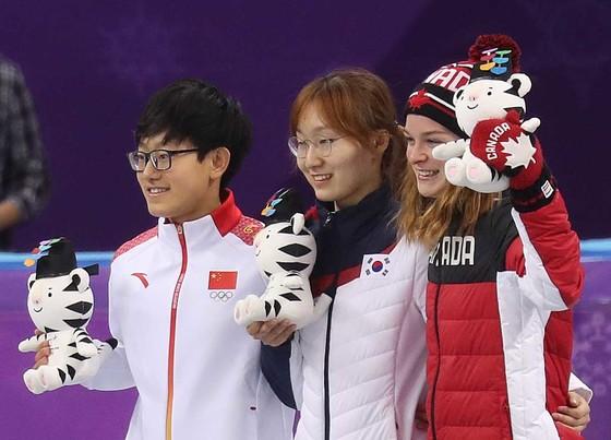 17일 강릉 아이스 아레나에서 열린 여자 1500m 쇼트트랙 경기에서 최민정이 시상대에 오르고 있다. 오른쪽 옆에 동메달을 딴 킴 부탱(캐나다). 오종택 기자