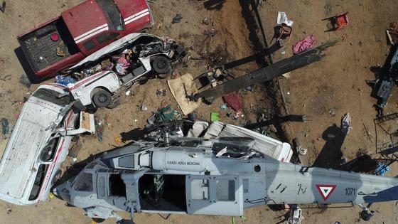 강진 피해지역 시찰에 나선 멕시코 내무장관 등이 탑승한 헬리콥터가 16일(현지시간) 피노테파 나시오날 지역에서 추락해 13명이 숨졌다. 헬기와 자동차등이 처참한 모습으로 부서졌다. [AFP=연합뉴스}