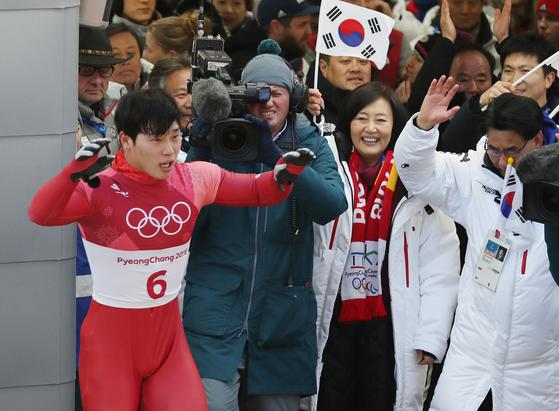 16일 강원도 평창군 슬라이딩센터에서 열린 남자 스켈레톤 4차 경기에서 윤성빈이 금메달을 확정지은 뒤 환호하고 있다. [연합뉴스]