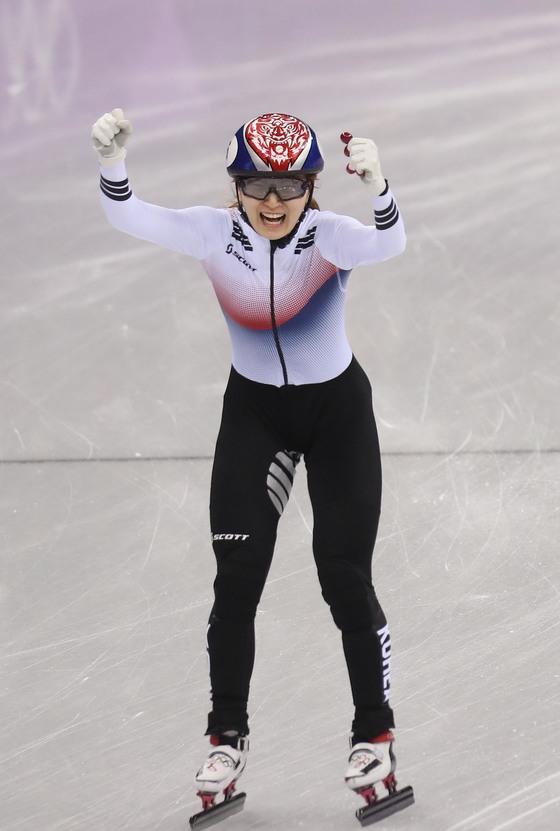 17일 강릉 아이스 아레나에서 열린 여자 1500m 쇼트트랙 경기에서 최민정이 환호하고 있다. 오종택 기자