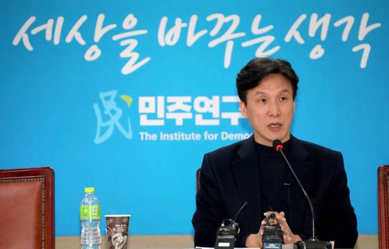 더불어민주당 김민석 민주연구원장이 18일 여의도 민주연구원에서 열린 기자간담회를 열었다. [연합뉴스]