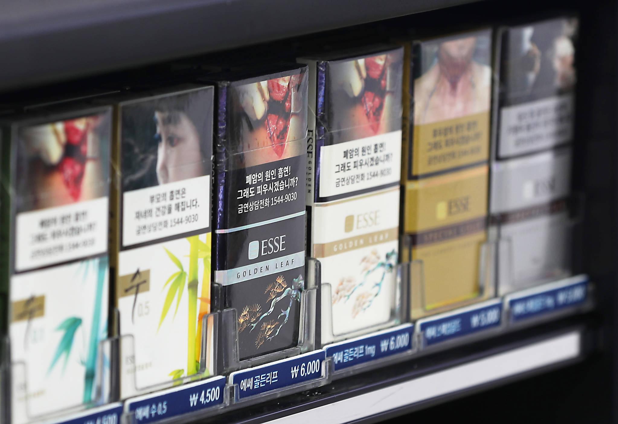 서울 시내 한 편의점에서 판매중인 담배 제품에 다양한 종류의 경고그림이 부착돼 있다. [연합뉴스]