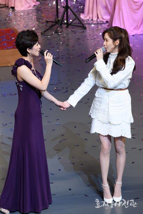 11일 오후 서울 국립중앙극장 해오름극장에서 열린 북한 삼지연 관현악단 공연에서 가수 서현이 함께 노래를 부르고 있다. [사진 효자동사진관]